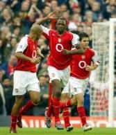 "Henry i Vieira mogą spokojnie przybijać ""piątki"". Arsenal-Aston Villa 3:1 /AFP"