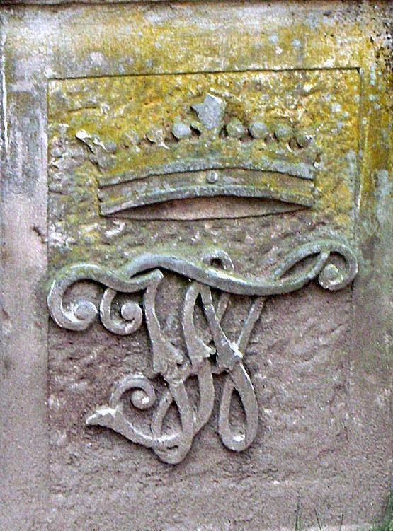 Herb rodu von Tiele-Winckler na kamiennym moście w parku/źródło: Dariusz Pietrucha /Odkrywca