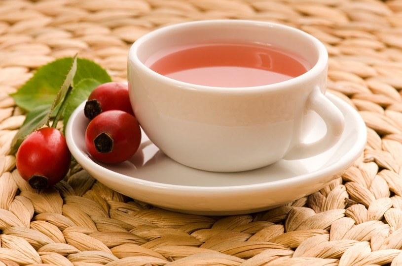 Herbatka z dzikiej róży pomoże opanować pierwsze objawy przeziębienia /123RF/PICSEL