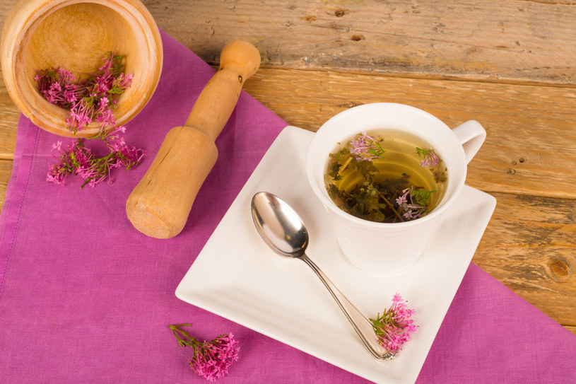 Herbatkę z kozłka możesz stosować, jeśli nie prowadzisz samochodu /©123RF/PICSEL
