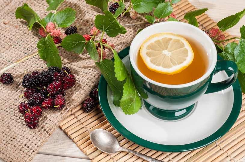 Herbatkę z morwy warto włączyć do jesienno-zimowego menu - wykazuje działanie antybakteryjne oraz przeciwwirusowe /©123RF/PICSEL