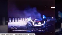 Heroiczna postawa policjantów. Wyciągnęli dwie osoby z płonącego samochodu