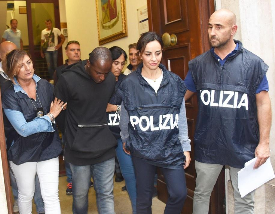 Herszt bandy w otoczeniu policji /MANUEL MIGLIORINI /PAP/EPA