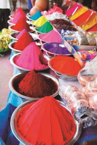 Hindusi obsypują się barwnikami podczas Holi (święta wiosny). /123/RF PICSEL