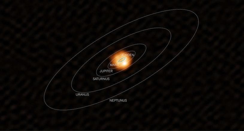 Hipotetyczny schemat przedstawiający W Hydrae w centrum Układu Słonecznego /materiały prasowe