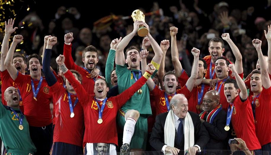 Hiszpanie po zwycięskim finale MŚ w 2010 roku /KERIM OKTEN /PAP/EPA