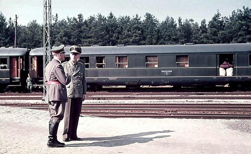 """Hitler i Joachim von Ribbentrop rozmawiają na tle pociągu """"Amerika"""" /Odkrywca"""