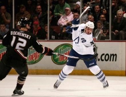 Hokeiści Anaheim Ducks wygrali z Toronto Maple Leafs aż 5:0 /AFP
