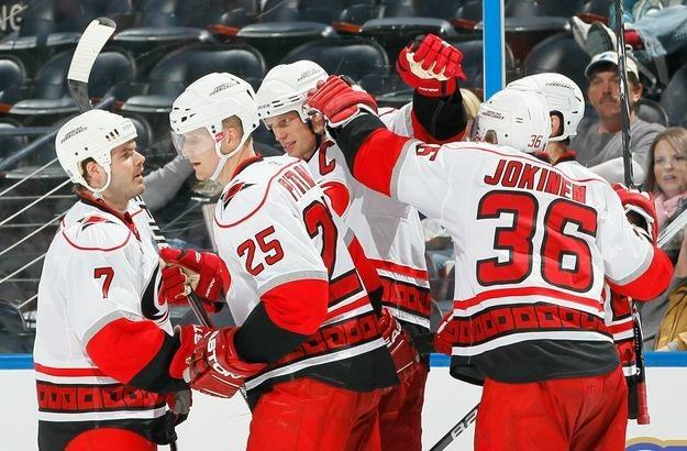 Hokeiści Carolina Hurricanes wygrali z Boston Bruins 3-2 /AFP