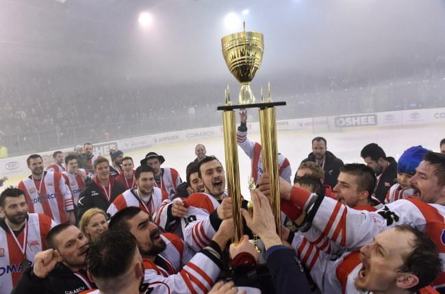 Hokeiści Comarchu Cracovii z trofeum za mistrzostwo Polski /Jacek Bednarczyk /PAP