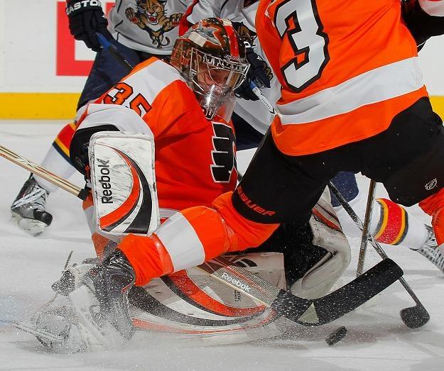 Hokeiści Florida Panthers aż czterokrotnie pokonali Siergieja Bobrowskiego (Philadelphia Flyers) /AFP