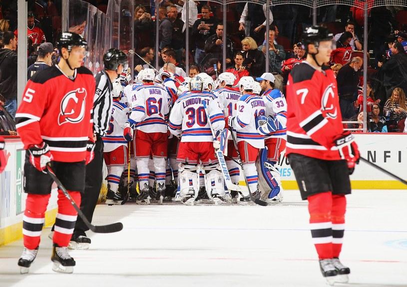 Hokeiści New York Rangers cieszą się po zwycięskim golu Kevina Kleina /AFP