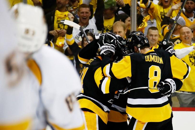 Hokeiści Pittsburgh Penguins cieszą się po zdobyciu bramki /AFP