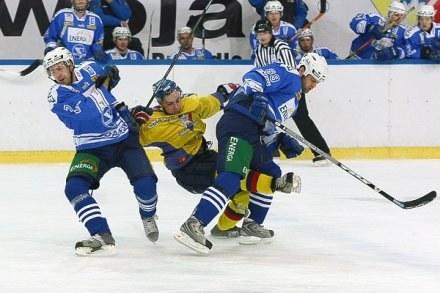 Hokeiści Podhala (żółte stroje) są w bardzo złym położeniu/fot. Tadeusz Bącal /INTERIA.PL