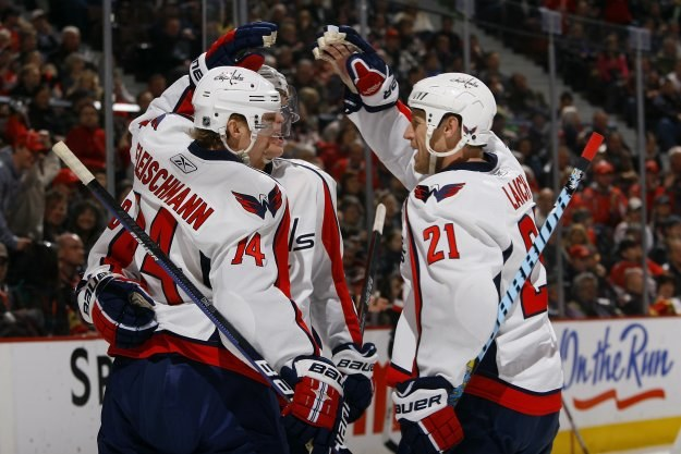 Hokeiści Washington Capitals pokonali po dogrywce Boston Bruins /AFP