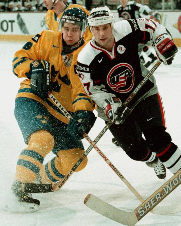 Hokejowe MŚ, maj 1998. O krążek walczą Amerykanin Kevin Miller (po prawej) i Szwed Anders Huusko /ANJA NIEDRINGHAUS/CAF-EPA /PAP