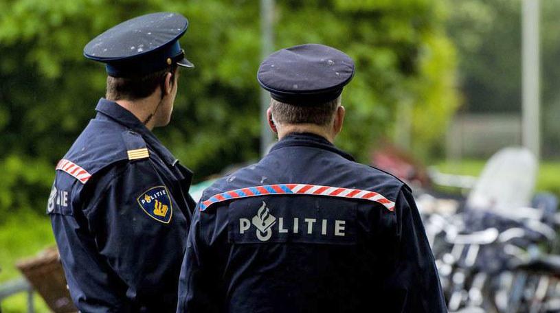 Holenderscy policjanci z Almelo wydalili z kraju Polaka. /AFP
