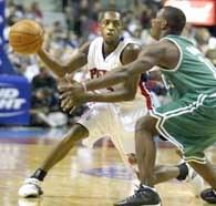 Horace Jenkins (z piłką) miał ciężką drogę do NBA /AFP
