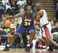 Houston - Lakers 101:107. Shaquille O`Neal  walczy o pozycję z Kevinem Williisem