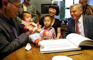 Huixian Yang i Hong She z dziećmi oraz burmistrz Freibergu Bernd-Erwin Schramm /JAN WOITAS /PAP/EPA