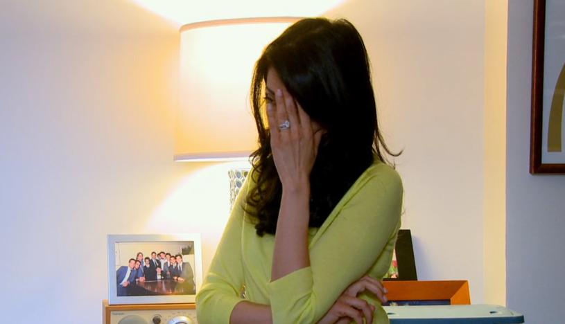 """Huma Abedin dowiaduje się o kolejnym wybryku męża - kadr z dokumentu """"Weiner"""" /"""