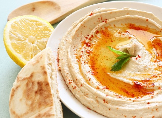 Hummus - przysmak, który cieszy się w Polsce coraz wiekszą popularnością! /materiały prasowe