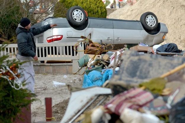 Huranan zniszczył przynajmniej 250 tys. samochodów /PAP/EPA