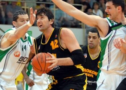 Husein Besok (z piłką) wolał wrócić do Turcji; fot: Mariusz Kraczaniec /Agencja Przegląd Sportowy