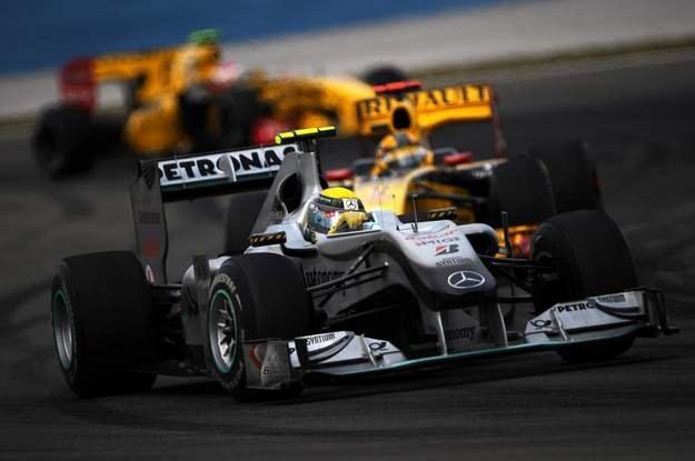 I tak przez cały wyścig: Kubica za Rosbergiem /AFP