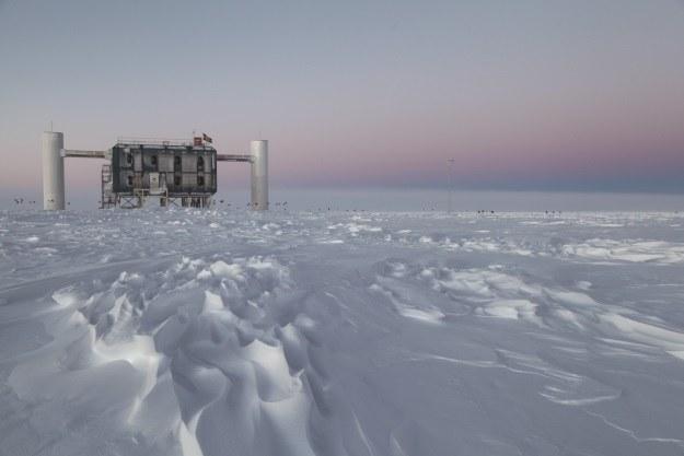 IceCube wykrył neutrina z odległych rejonów wszechświata /materiały prasowe