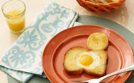 Idealne jajko sadzone w chlebie /materiały prasowe