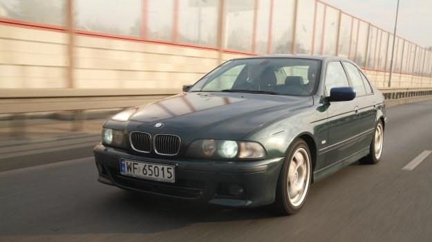 Idealne w trasę. Jazda BMW relaksuje. Na niemieckiej autostradzie można ustawić tempomat na 160 km/h - auto jest całkowicie stabilne przy dużych prędkościach. /Motor