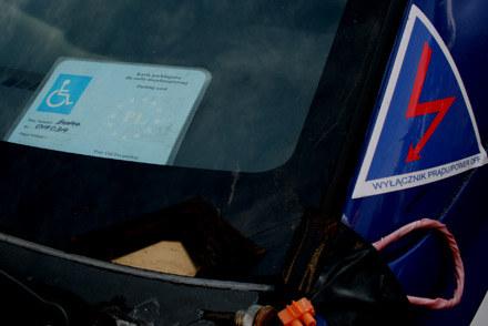 Identyfikator niepełnosprawnego w samochodzie wyczynowym? Trudno uwierzyć, że to nie nadużycie /