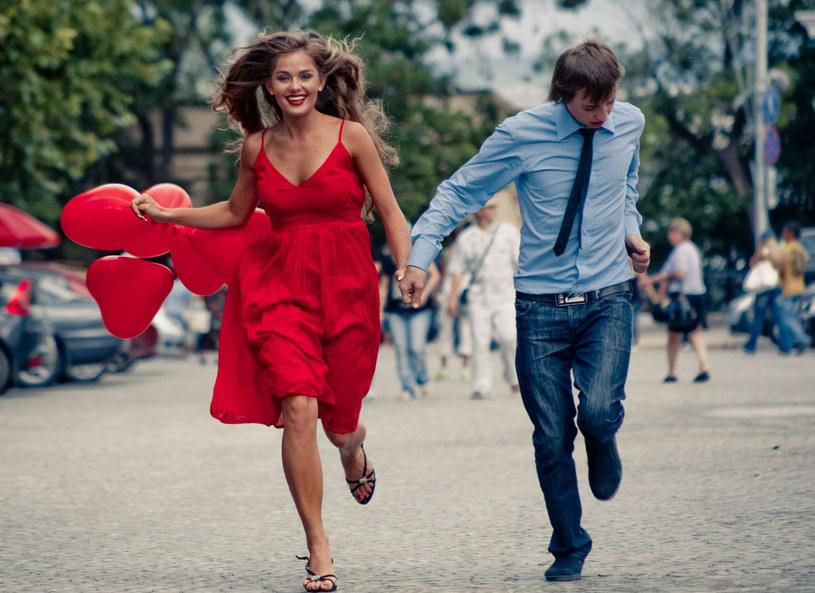Idziesz na randkę? załóż czerwoną sukienkę! /123RF/PICSEL