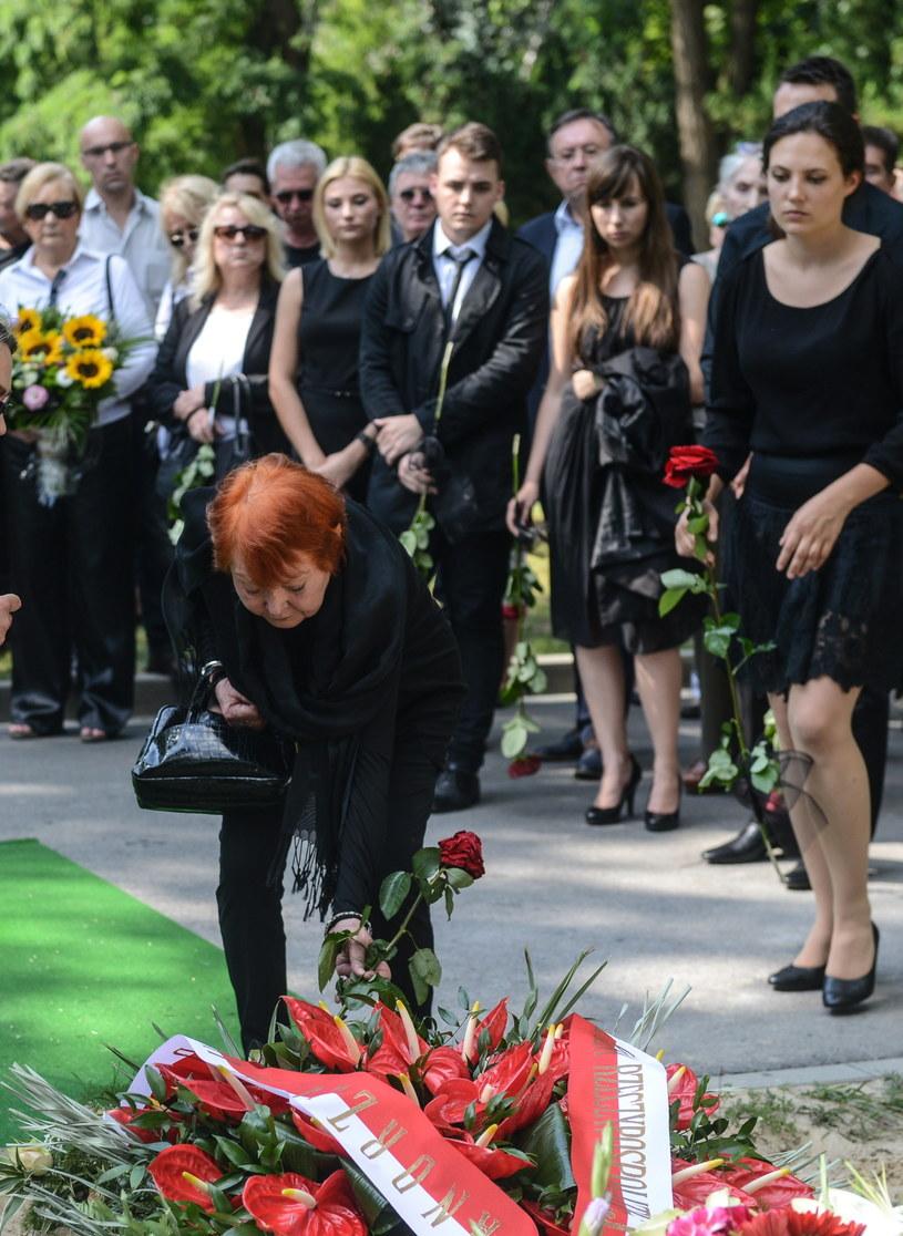 Iga Cembrzyńska podczas pogrzebu reżysera Andrzeja Kondratiuka /Jakub Kamiński   /PAP