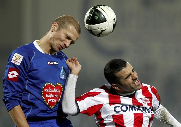 Igor Lewczuk (Ruch, z lewej) w walce o piłkę z Tamirem Kahlonem/fot. Andrzej Grygiel /PAP