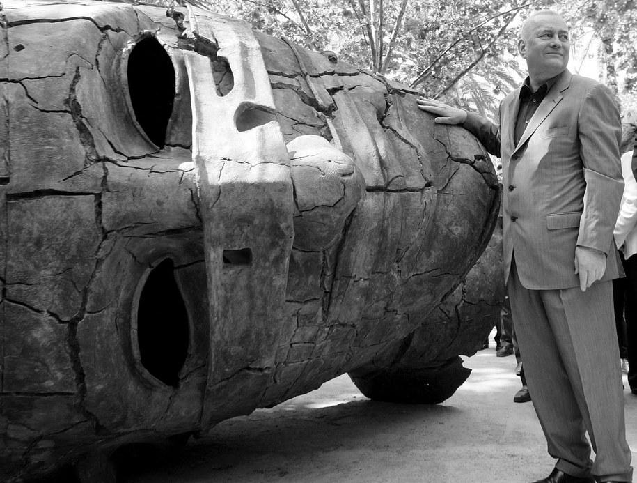 Igor Mitoraj pozuje przy jednej ze swoich rzeźb zaprezentowanych w hiszpańskiej Walencji, kwiecień 2006 /JUAN CARLOS CARDENAS /PAP/EPA