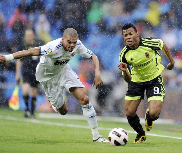 Ikechukwu Uche (z prawej) strzelił dwa gole Argentynie /AFP