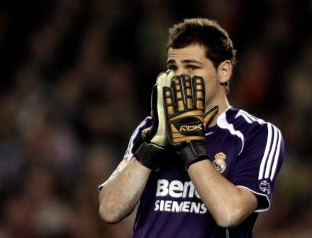 Iker Casillas woli nie ryzykować... /AFP
