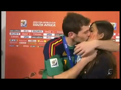 Ikre Casillas całuje Sarę Carbonero przed kamerami hiszpańskiej TV
