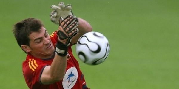 Ilker Casillas w akcji. /AFP