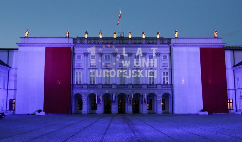 """Iluminacja z hasłem """"10 lat w Unii Europejskiej"""" na fasadzie Pałacu Prezydenckiego w Warszawie /Paweł Supernak /PAP"""