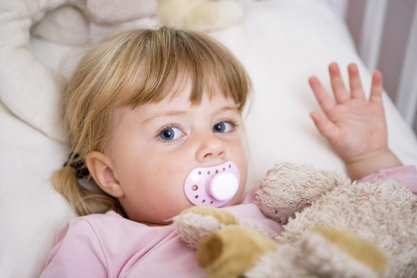 Im dziecko starsze, tym trudniej mu zrezygnować ze smoczka /123RF/PICSEL