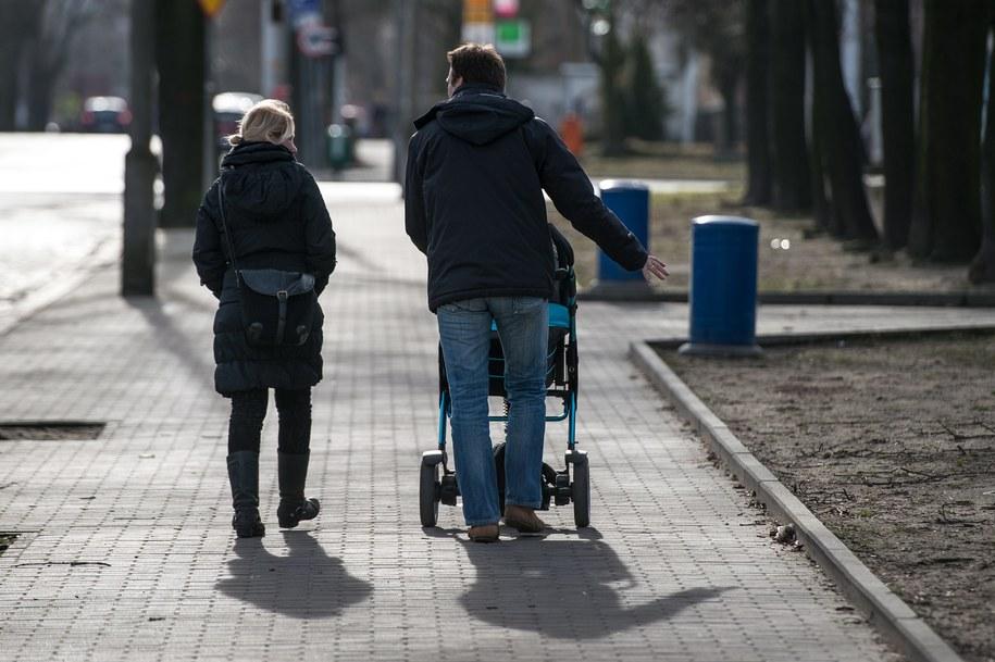 Im jesteśmy bogatsi, tym mniej czasu poświęcamy dzieciom /Maciej Kulczyński /PAP