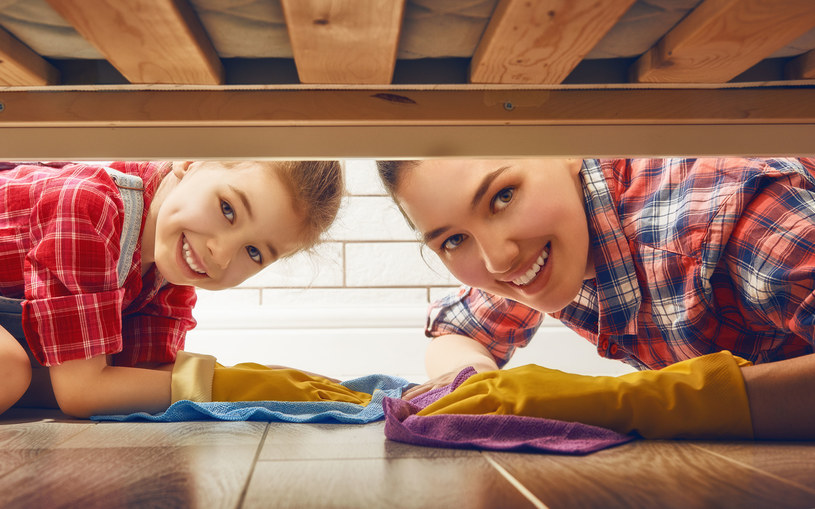 Im wcześniej dzieci zaczną pomagać rodzicom, tym szybciej nauczą się wykonywać określone czynności /123RF/PICSEL