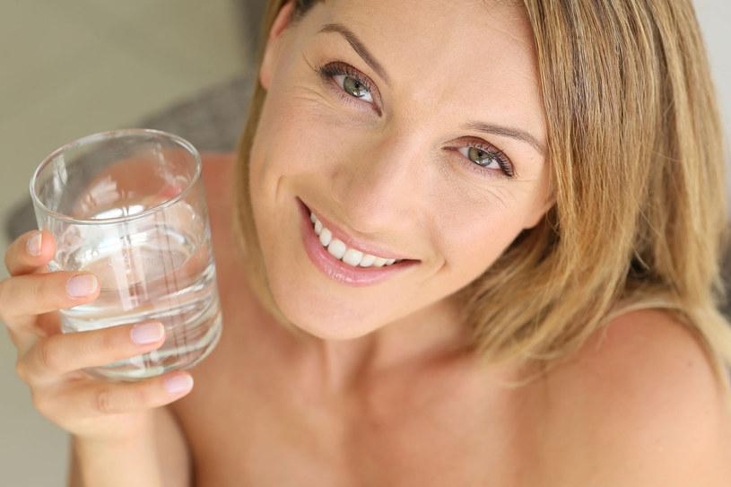 Im więcej wody znajduje się w skórze, tym jest ona młodsza. Właściwe nawodnienie to skóra gładka, jędrna, elastyczna i pełna blasku /123RF/PICSEL