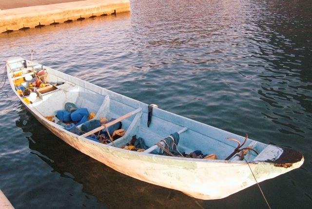 Imigranci najczęściej upychani są do małych łodzi, które nie są w stanie unieść tak wielu ludzi na raz /Carlos Fernandez    /PAP/EPA