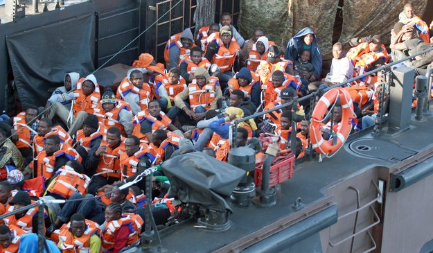 Imigranci uratowani przez brytyjską marynarkę na Morzu Śródziemnym /CARL OSMOND/MOD /PAP/EPA