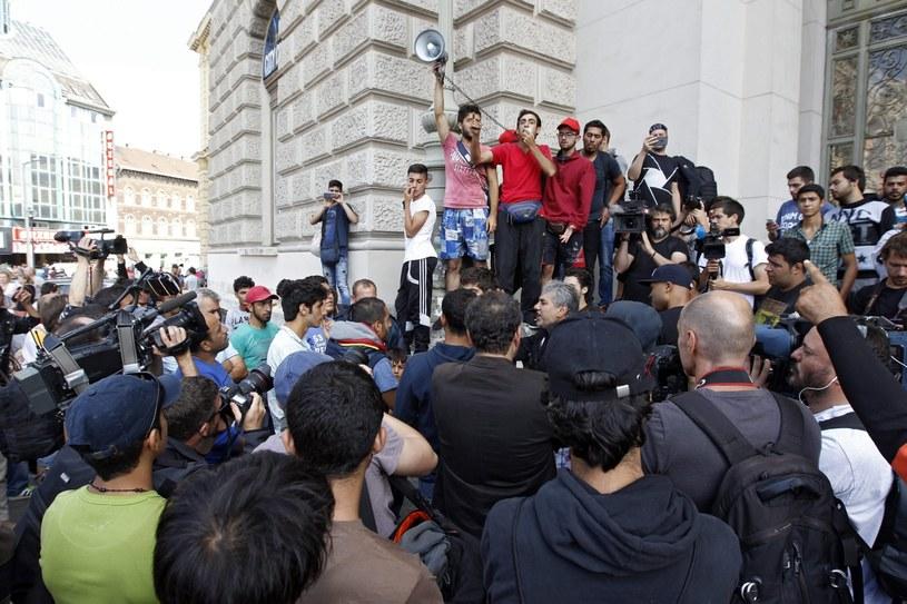 Imigranci w stolicy Węgier /ZSOLT SZIGETVARY    /PAP/EPA