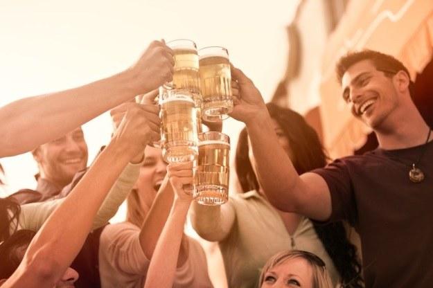 Impreza z piwem, ale bez kaca? To możliwe /©123RF/PICSEL